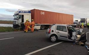 Una mujer muere al chocar un coche contra un camión en Favara