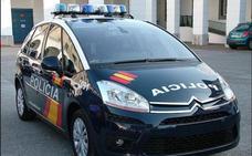 Un policía fuera de servicio detiene a un hombre por arrastrar y golpear a una mujer por el arcén de una carretera