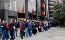 Largas colas en Mestalla para retirar las entradas de la final de Copa del Rey