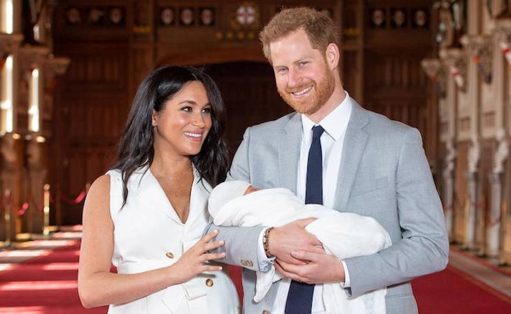 Los duques de Sussex posan por primera vez con su bebé