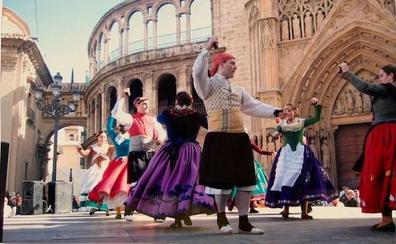Los grupos de Balls al Carrer de Rascanya, volcados con la dansà de las Fallas a la Virgen de los Desamparados