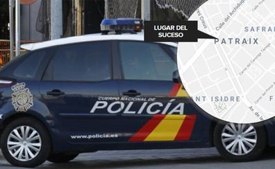 Intenta vender Trankimazin y atropellar a un policía en una calle de Valencia