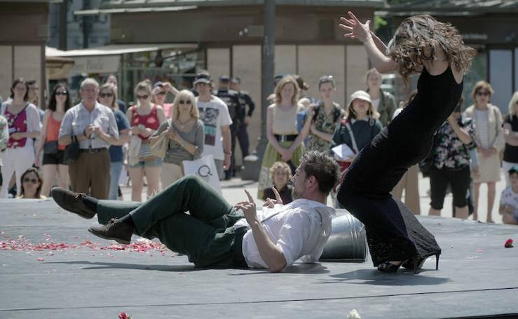 Una «jauría de bestias salvajes y creativas» invade la plaza del Ayuntamiento en el Festival 10 Sentidos