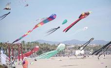 Más de cien cometas llenan de color la playa del Cabanyal