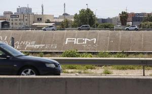 Un grafitero de 14 años muere atropellado en la V-30 tras realizar una pintada en el nuevo cauce