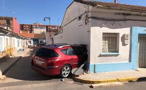 Un coche se empotra en una casa de Xirivella