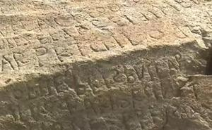 Ofrece 2.000 euros por descifrar el misterioso mensaje de una piedra centenaria