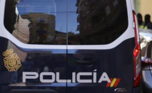 Detenido un joven tras saltar el muro de una casa para robar un móvil en Alzira