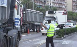 Herido el conductor de un patinete al chocar con un camión en Valencia