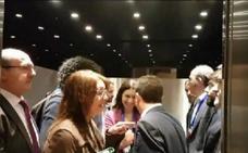 Inesperado encuentro de Pablo Iglesias y Santiago Abascal en un ascensor del Congreso
