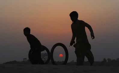 Un pediatra habría infectado con VIH a más de 400 niños en un pueblo de Pakistán