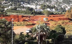 Una constructora aboca toneladas de tierra en la zona verde del Bosc de Diana en Dénia