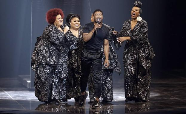 John Lundvik canta 'Too late for love'.