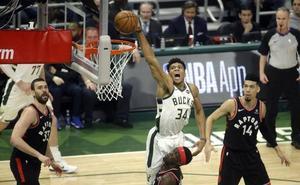 Los Bucks arrollan a los Raptors con un Antetokounmpo inspirado