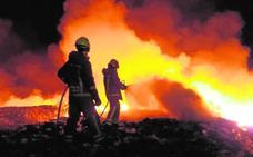 El incendio de un basurero en Caudete de las Fuentes quema 4.000 metros de plástico