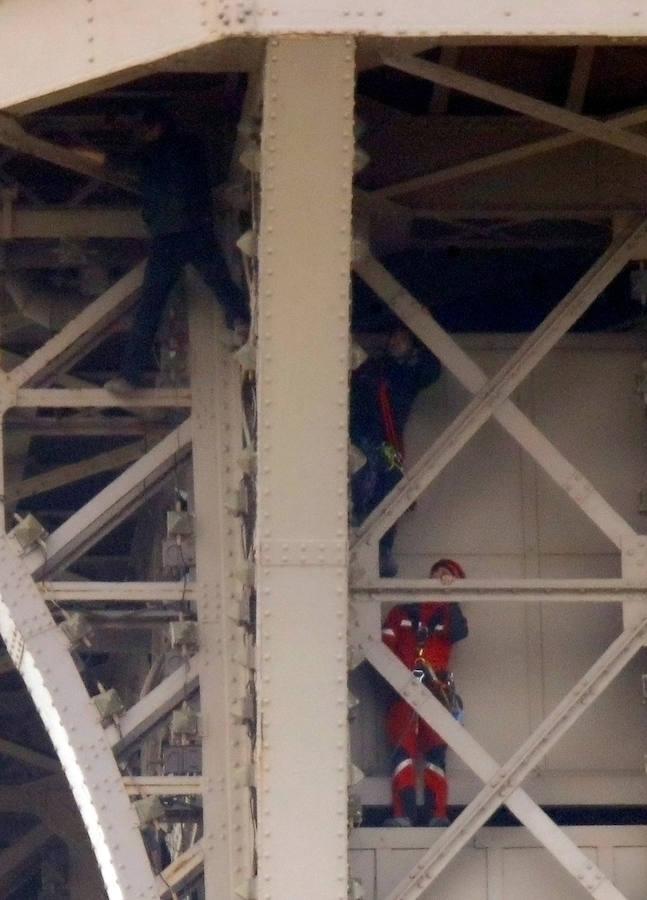 Evacúan y cierran la Torre Eiffel después de hallar a un hombre escalando la estructura