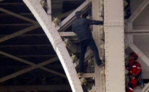 Cierran y evacúan la Torre Eiffel por la presencia de un hombre escalando el monumento