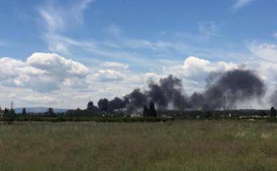Un incendio en un vivero cerca de Valencia causa una gran columna de humo
