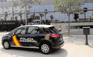 Detenidos en Valencia dos hombres por golpear a sendas parejas, una de ellas con el pómulo y mandíbula rotos