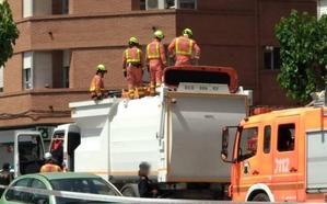 Un operario queda atrapado durante una hora en un camión de recogida de cartón en Llíria