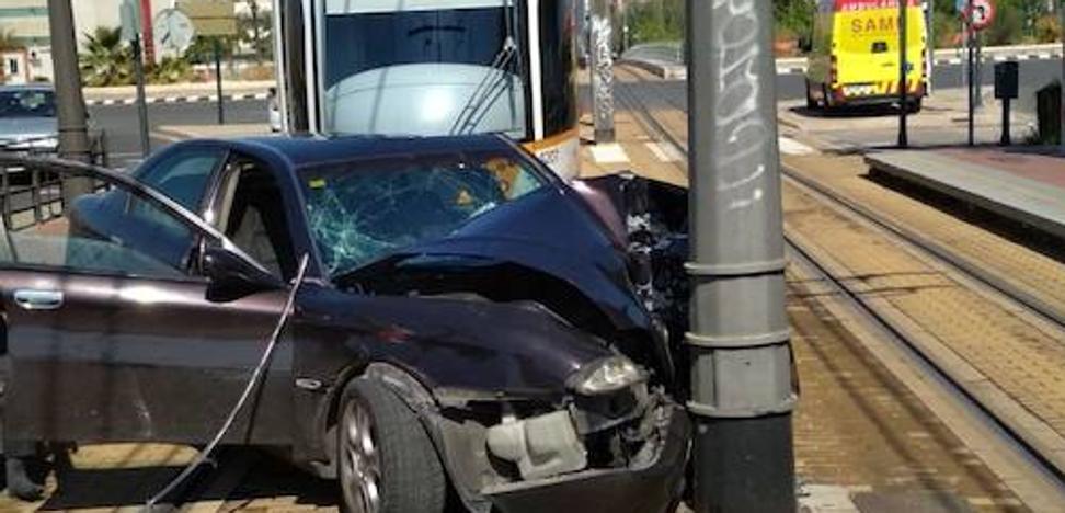 Un coche se estrella contra la catenaria del tranvía en Valencia y provoca el corte de dos líneas