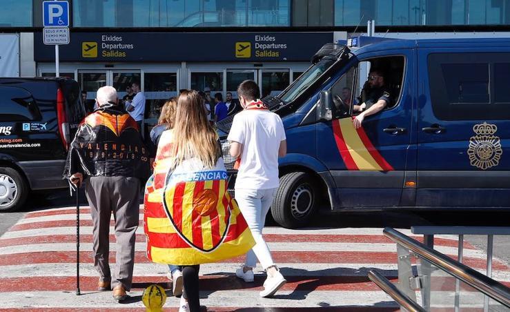 Fotos de los aficionados del Valencia se concentran en Manises para despedir al equipo