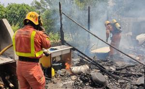 Rescatados tres perros de un incendio en una casa de campo en Manises