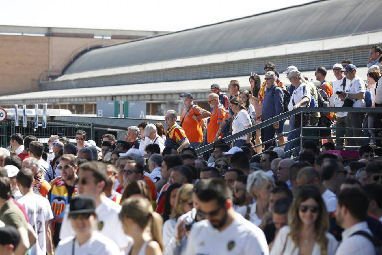 La afición del Valencia CF desembarca en Sevilla para la final de Copa