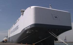 Atraca en Valencia uno de los buques portavehículos más grandes del mundo