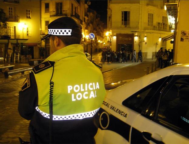 Detenido un hombre de 40 años por romper las ventanas de varios vehículos en Valencia