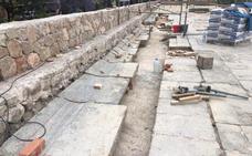 El tramo dañado del patio de Los Silos de Burjassot se cubre con 22 losas originales