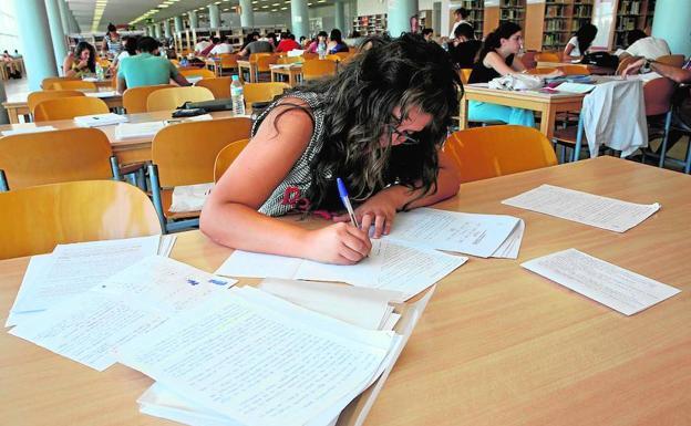Una estudiante, en una biblioteca preparando sus exámenes./LP