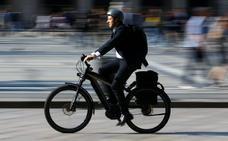 La DGT rectifica una orden que obligaba a ir con casco y seguro en bicicletas eléctricas
