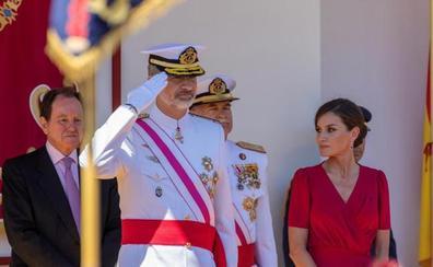 Los Reyes presiden en Sevilla un desfile de las Fuerzas Armadas multitudinario