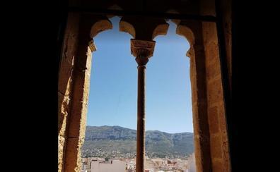 Castillos y fortalezas con el Montgó de fondo