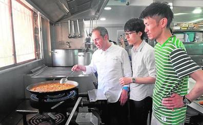 Cocineros internacionales se alían con un estrella Michelin para elaborar la mejor fideuà