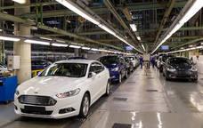 Ford anuncia que montará baterías para híbridos mientras baja la producción