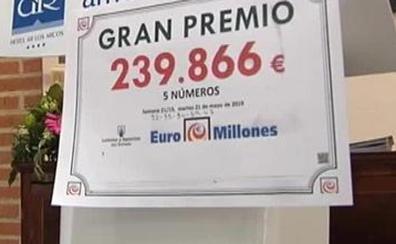 37 trabajadores de un hotel ganan el Euromillones tras comprar el boleto con dinero que sobró del regalo a una compañera
