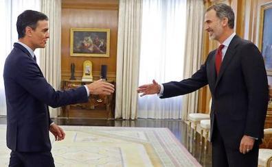 Pedro Sánchez recibe el encargo de Felipe VI de formar Gobierno con la investidura aún muy en el aire