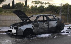 Un coche queda calcinado en Dénia y el conductor sale ileso