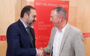 Joan Baldoví sale de su reunión con José Luis Ábalos convencido de que habrá gobierno antes de agosto, tras una o dos investiduras