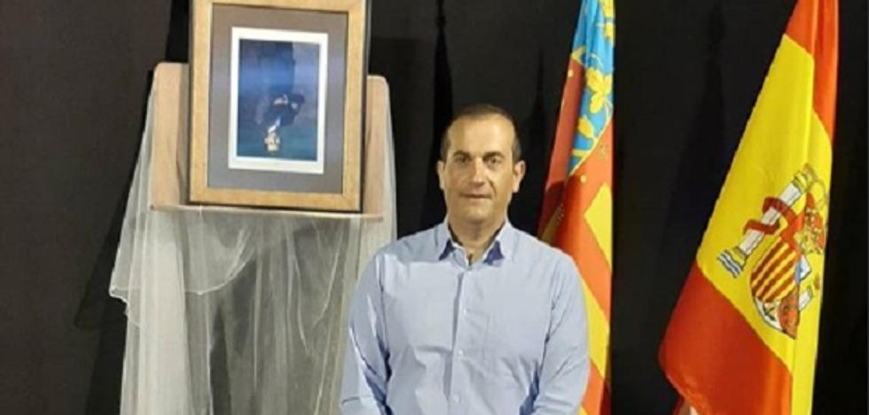 El concejal de Compromís en Albal cuelga boca abajo el cuadro del Rey Felipe VI