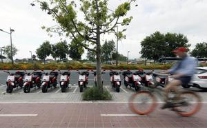 Las motos de alquiler copan las zonas turísticas sin ninguna regulación