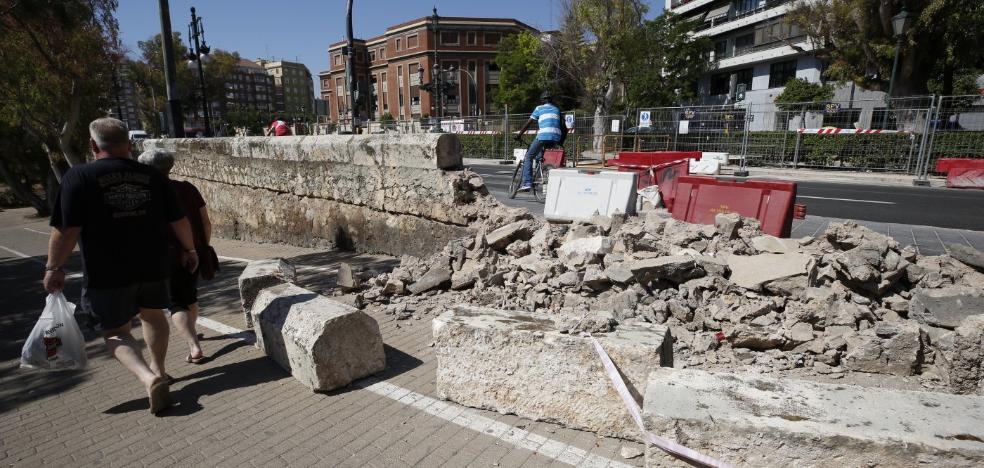 El pretil protegido del río lleva cinco días sin reparar tras un accidente