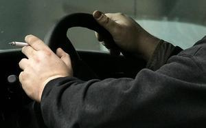 ¿Me pueden multar por fumar al volante?: La DGT contesta