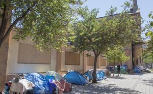 El campamento de indigentes crece junto al Botánico