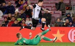 El Valencia CF aprieta para firmar a Cillessen y endurece su posición por Santi Mina