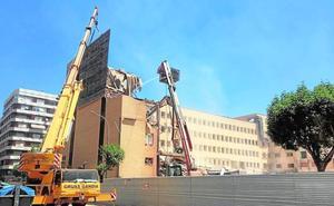 Gandia corta la calle Barcelona para agilizar el derribo del hospital, que acaba en dos semanas