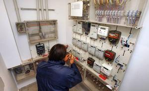 Detenido en Elche un electricista que manipulaba contadores de luz en casas a cambio de 200 euros