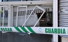 Roban en una tienda de Valencia tras derribar tres puertas con un coche en un centro comercial
